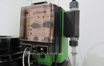 Самовсасывающий мембранный насос с функцией автоматического удаления воздуха, с насосной головкой из химически стойкой пластмассы, электронным блоком управления, синхронным двигателем с низким уровнем шума, крепежной консолью для настенного или напольного монтажа. Насос с индикацией рабочего состояния, с плавной настройкой длины хода 30 - 100 %, штепсельной вилкой с заземляющим контактом 230 В, 50/60 Гц, с 2 метровым кабелем для подсоединения к сети, подходит для ручной и полностью  автоматической работы, с возможностью подключения внешнего источника импульсов для управления работой (например, насоса сырой воды, контактного счетчика воды) и индикацией для внутреннего контроля дозировки. Регулируемая производительность дозирования при автоматическом управлении через регулятор частоты. Включая беспотенциальный выход сигнала неисправности, деление и умножение импульсов, возможность управления по аналоговому сигналу.
